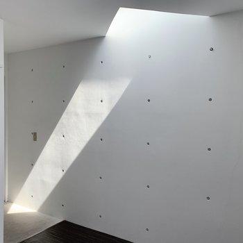 光の正体は、天井の窓!