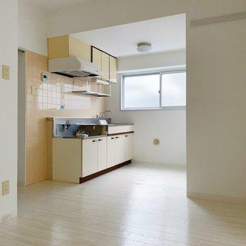 【リビング9帖】キッチンまわりに食器棚も置けそうですね。