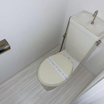 トイレもシンプルなので、カバーをつけましょう。(※写真はフラッシュを使用しています)