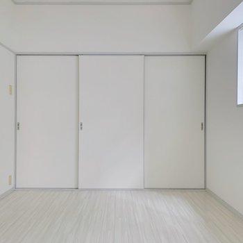 【洋室6帖②】白いから、色物や柄物も映えそう!