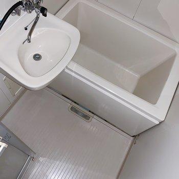 お風呂はシンプル。まだまだ清潔ですよ〜◯(※写真はフラッシュを使用しています)