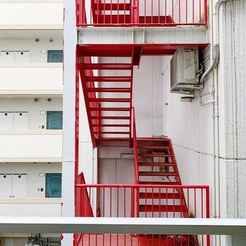 眺望は向かいの建物の階段です。