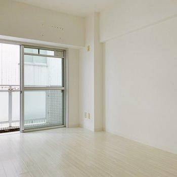 【洋室6帖①】ここは窓が大きくて、明るい◯