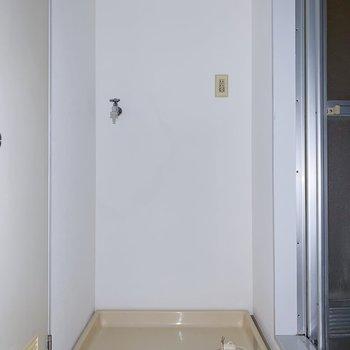 リビングの奥がサニタリー。お風呂の手前に洗濯機置き。(※写真はフラッシュを使用しています)