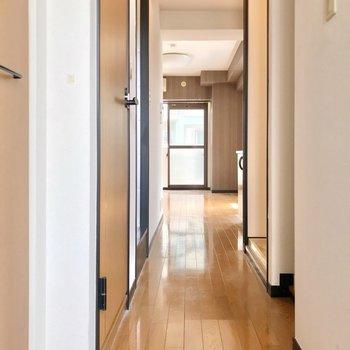 細い廊下を抜けて居室へ。