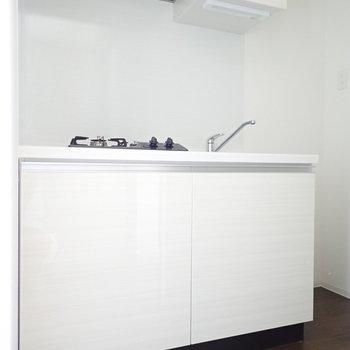 白いシステムキッチンは清潔感がgood!