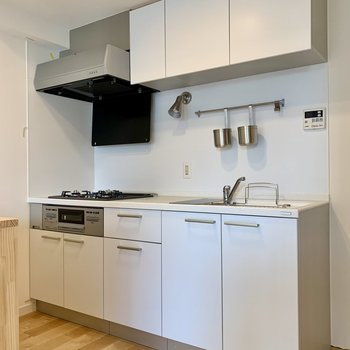 【リビング】キッチン上下にはフライパンなどの調理器具がスッキリ仕舞えますよ。※写真は工事中のものです