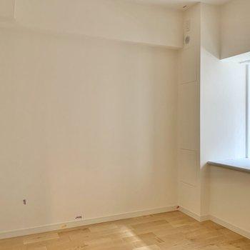 【洋室4.8帖】ベッドを置くならダブルベッドくらいのサイズが良さそう。※写真は工事中のものです