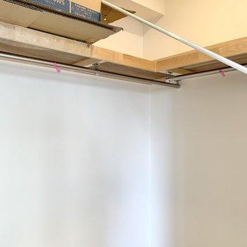 【洋室5.8帖】ハンガーポールに丈の長い洋服が掛けられますよ。※写真は工事中のものです
