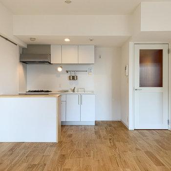 造作カウンター付きのキッチンです!※写真は6階の同間取り、別部屋のもの