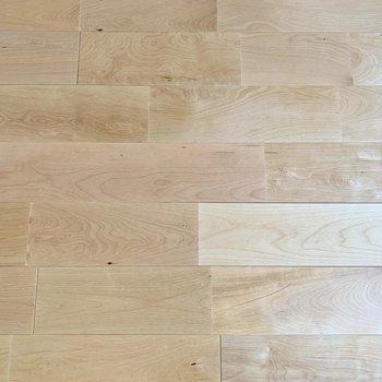 床はバーチ材で明るい印象。