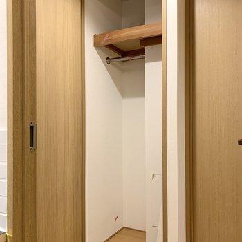 廊下の収納にはアウターや日用品のストックを。※写真は工事中のものです