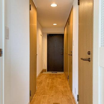 玄関まで無垢床が続きます※写真は6階の同間取り、別部屋のもの