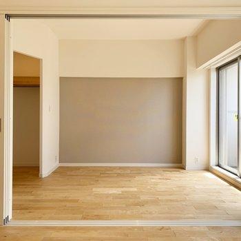【洋室5.8帖】収納はオープンになっています。ライトが点いて見やすい