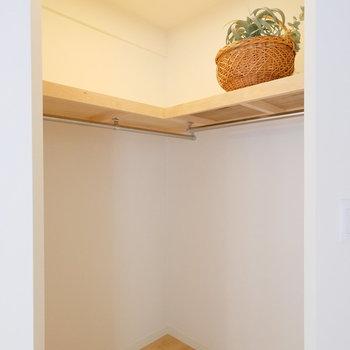 【洋室5.8帖】ウォークインクローゼットは棚があるので収納の幅が広がりますね