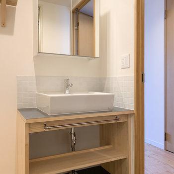 洗面台は収納付きミラーに※写真は6階の同間取り、別部屋のもの
