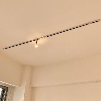 【リビング】お部屋を照らすのはオシャレなライティングレール。※写真は工事中です