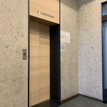 エレベーターで上まで上がれます。