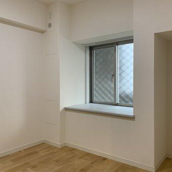 【洋室4.8帖】窪みは掃除機などの収納場所としての活用も。
