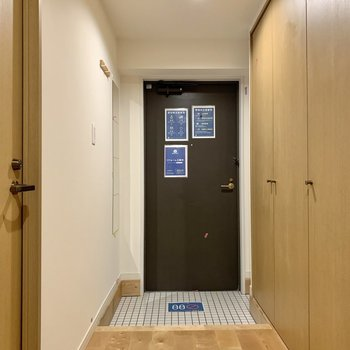 玄関はゆとりがあって靴も脱ぎ履きしやすい。※写真は工事中のものです