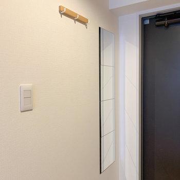 姿見やコート掛けなど嬉しいポイントがいっぱい※写真は6階の同間取り、別部屋のもの