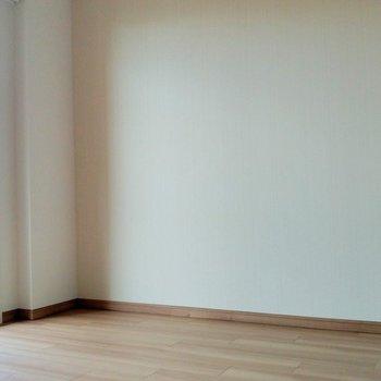 主張しすぎないアクセントクロスが優しい雰囲気!(※写真は3階の同間取り別部屋のものです)