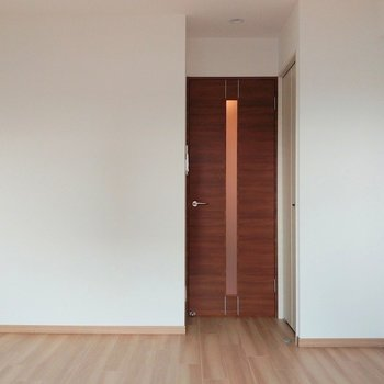 ドア横に収納もあるよ(※写真は3階の同間取り別部屋のものです)