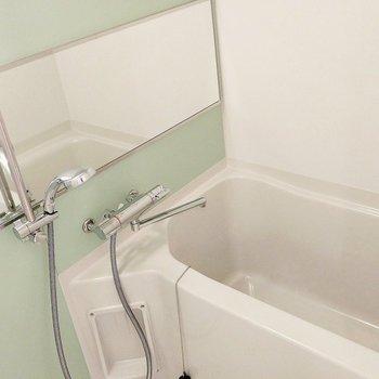お風呂、すごくスタイリッシュで素敵じゃないですか?(※写真は3階の同間取り別部屋のものです)