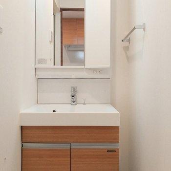 ピカピカの洗面台は、鏡の中の収納スペースが嬉しい〇(※写真は3階の同間取り別部屋のものです)