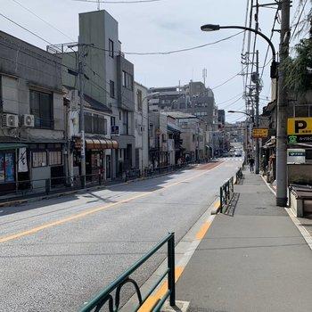周辺には、喫茶店や菓子折のお店などがたくさんあります。