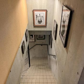 地下へ続く階段があります。