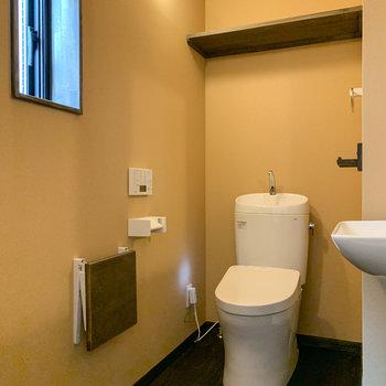 そして、奥にトイレ。小窓もあるので換気できますね。