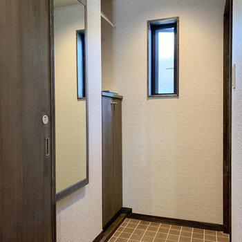 玄関にはコート掛けと鏡も! 身支度もしっかりと整えられます。