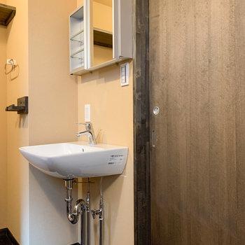 脱衣所入って右に洗面台があります。