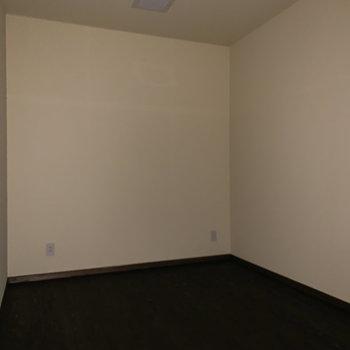 5帖ほどの防音室があります。映画鑑賞などするのもいいですね。