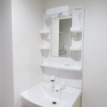 収納たっぷりの洗面台(※写真は6階の同間取り別部屋のものです)
