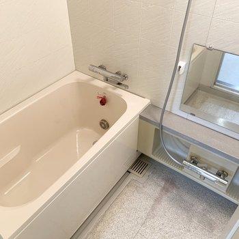シンプルなバスルーム。追い炊き、浴室乾燥機付きです。