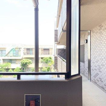 北側の窓からの眺望。共用廊下が見えます。