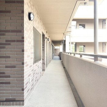 きちんと整備された綺麗な廊下です。