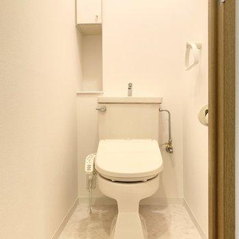 温水洗浄便座のトイレです。白を基調として清潔感があります。