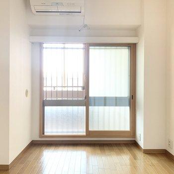 【約6帖洋室】こちらは寝室に。北向きの窓からは優しい光が入ります。