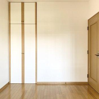 【約6帖洋室】天井までのクローゼット。