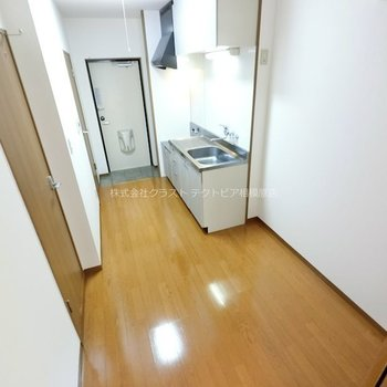 キッチン横はスペースにゆとりがあります