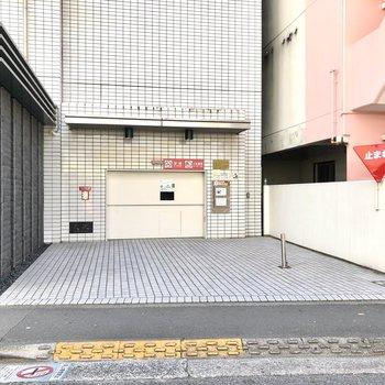 駐車スペース入口はエントランス横に。