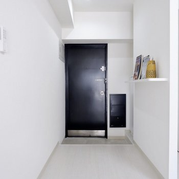 幅に余裕のある玄関。2人で入っても窮屈な感じはしないでしょう。