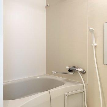 お風呂はシンプル。サーモ水栓で温度調節簡単!(※写真は1階の同間取り別部屋のものです)
