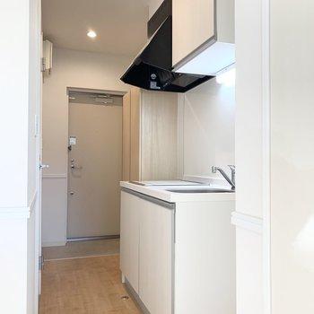 キッチンは玄関前。(※写真は1階の同間取り別部屋のものです)
