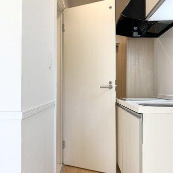 水廻りはキッチンのお向かいに。ドアがキッチンに当たらないよう、キチンと戸当たりが設置されています。(※写真は1階の同間取り別部屋のものです)
