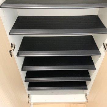 棚板は可動式。靴に合わせてレイアウトできます。(※写真は1階の同間取り別部屋のものです)