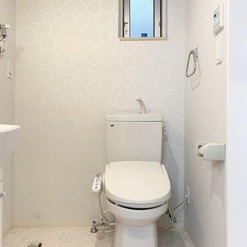 トイレは洗濯機置場と浴室の間に。(※写真は1階の同間取り別部屋のものです)